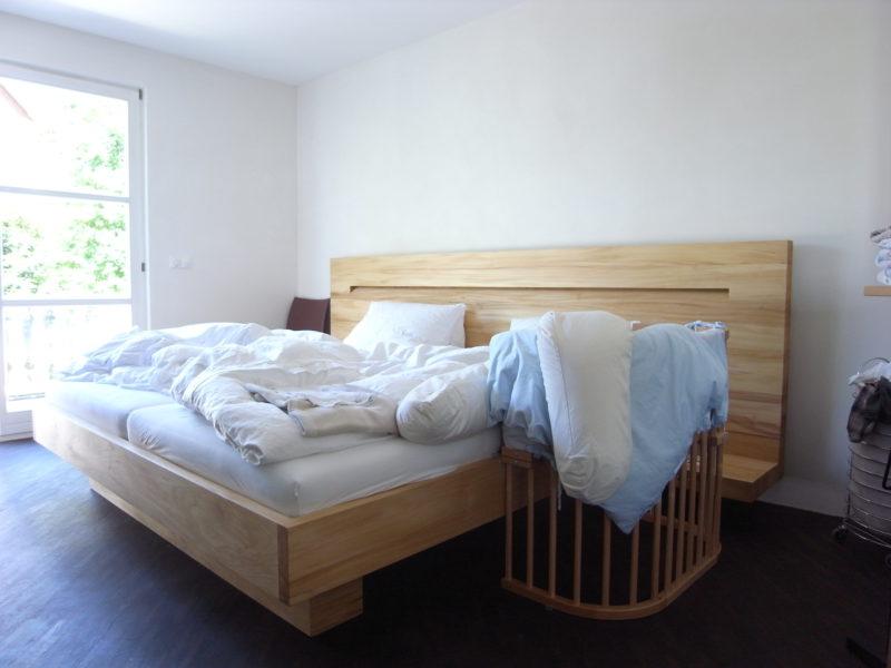 Bett Massivholz mit indirekter Beleuchtung und Leseleuchten